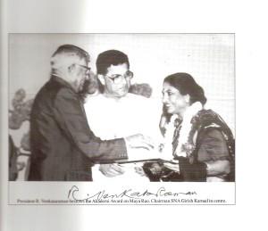 Dr.Maya_Rao_being_awarded_the_Akademi_Award_by_President_R.Venkataraman