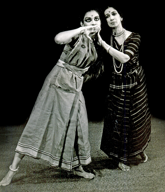Mallika Sarabhai (left) with Mrinalini Sarabhai (right) performing in Chandalika.